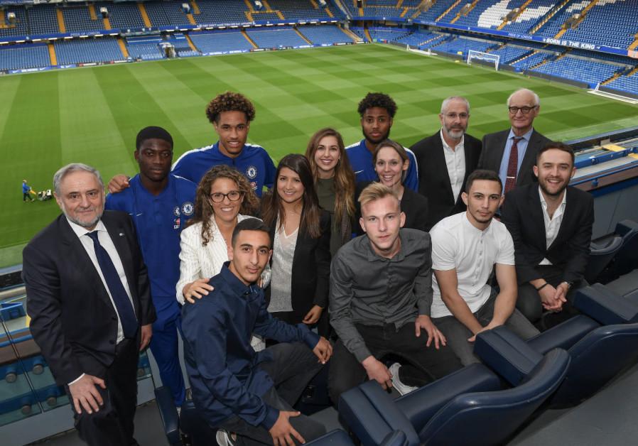 Miembros de Chelsea Academy, Chelsea Football Club, WJC y ganadores de Pitch for Hope, Stamford Bridge, 2018. (Crédito de foto: SHAHAR AZRAN / WJC)