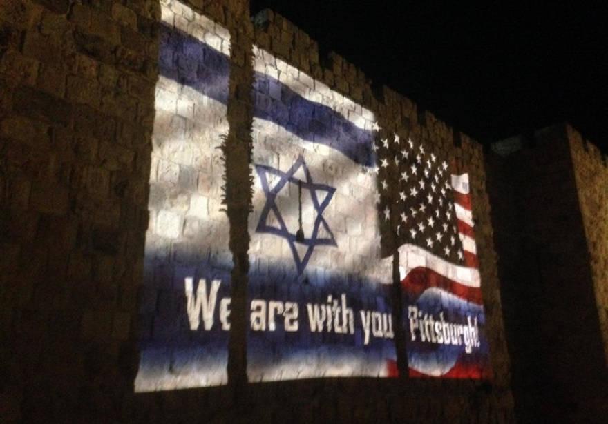 Muros de la ciudad vieja de Jerusalem se iluminaron en solidaridad con las víctimas de Pittsburg
