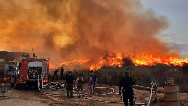 Incendio en medio de un globo incendiario volado desde Gaza (Foto: Roee Idan)