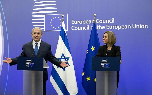 La alta representante de la Unión Europea, Federica Mogherini, a la derecha, y el primer ministro Benjamin Netanyahu se dirigen a una conferencia de prensa en el edificio del Consejo de la UE en Bruselas el lunes 11 de diciembre de 2017. (Foto AP / Virginia Mayo)