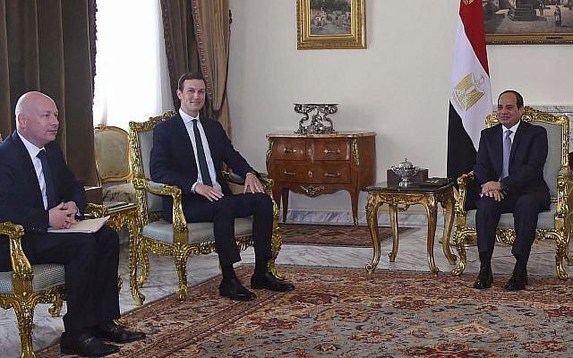 En este jueves, 21 de junio de 2018 foto, proporcionada por la agencia estatal de noticias de Egipto, MENA, el presidente egipcio Abdel-Fattah el-Sissi, centro, se reúne con el yerno del presidente Donald Trump y asesor principal Jared Kushner, segundo a la izquierda, y El enviado de Medio Oriente Jason Greenblatt se encuentra en la última parada en una gira regional para discutir un plan para un acuerdo de paz entre israelíes y palestinos, en El Cairo, Egipto. (MENA vía AP)