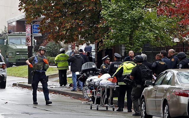 Los primeros en responder rodean la Sinagoga del Árbol de la Vida en Pittsburgh, Pensilvania, donde un tirador abrió fuego el sábado 27 de octubre de 2018. (Foto de AP / Gene J. Puskar)
