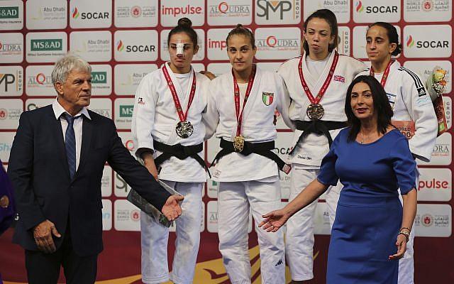La ministra israelí de Cultura y Deporte, Miri Regev, y el presidente de la Asociación de Judo de Israel, Moshe Ponte, ganaron la medalla durante la ceremonia de medalla de las mujeres de 52 kg en el torneo de Grand Slam Judo de Abu Dhabi en Abu Dhabi, Emiratos Árabes Unidos, sábado 27 de octubre de 2018. Foto / Kamran Jebreili)