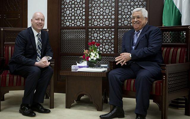 El enviado del proceso de paz del presidente de Estados Unidos, Jason Greenblatt, a la izquierda, se reúne con el presidente de la Autoridad Palestina, Mahmoud Abbas, en la oficina del presidente en la ciudad cisjordana de Ramallah, 14 de marzo de 2017. (Foto AP / Majdi Mohammed)