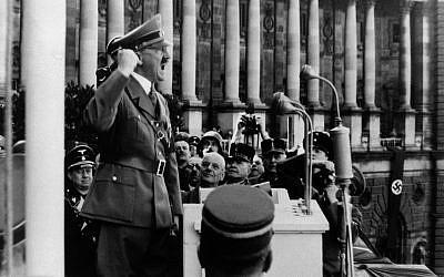 El líder nazi Adolf Hitler da un discurso desde el Palacio Imperial en Viena, el 15 de marzo de 1938. (Foto AP)