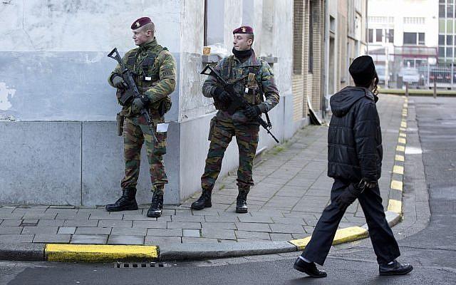 Los para-comandos belgas patrullan cerca de una sinagoga en el centro de Amberes, Bélgica, el sábado 17 de enero de 2015. (Foto AP / Virginia Mayo)