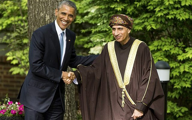 El presidente Barack Obama da la mano al viceprimer ministro de Omán, Sayyid Fahad Bin Mahmood Al Said, después de reunirse con los líderes del Consejo de Cooperación del Golfo en Camp David en Maryland, el jueves 14 de mayo de 2015. (Foto AP / Andrew Harnik)