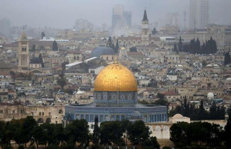 Una fotografía tomada desde el Monte de los Olivos muestra la ciudad vieja de Jerusalem con el edificio de la ocupación islámica, la Cúpula de la Roca en el centro, el 6 de diciembre de 2017. (Foto de AFP / Ahmad Gharabli)