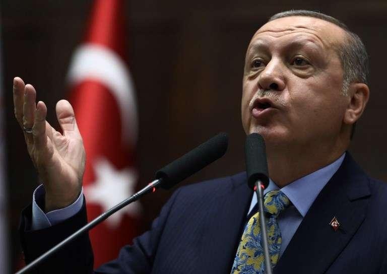 El presidente turco Tayyip Erdogan se dirige a los miembros del parlamento de su gobernante Partido AK (AKP) durante una reunión en el parlamento turco en Ankara, el 16 de octubre de 2018. (Foto de ADEM ALTAN / AFP)
