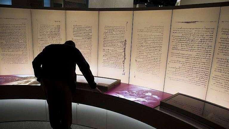 Los visitantes observan una exposición sobre los rollos del Mar Muerto durante una vista previa de los medios del nuevo Museo de la Biblia, un museo dedicado a la historia, la narrativa y el impacto de la Biblia, en Washington, DC, el 14 de noviembre de 2017. / AFP PHOTO / SAUL LOEB