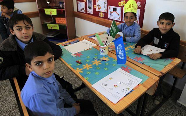Niños palestinos en una escuela en la ciudad de Rafah en la Franja de Gaza. (Abed Rahim Khatib / Flash90)
