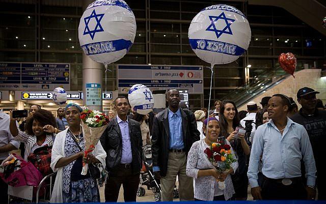 Ilustrativo: los familiares de judíos etíopes esperan su llegada al aeropuerto Ben Gurion, en las afueras de Tel Aviv, el 6 de junio de 2017. (Miriam Alster / Flash90).