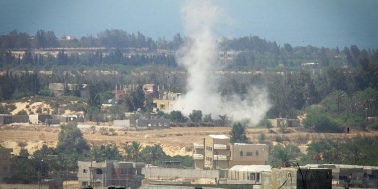 Esta foto de archivo de 2015 tomada desde la frontera de Rafah, en el sur de la Franja de Gaza con Egipto, muestra humo saliendo del norte de Sinaí en Egipto mientras los militares luchan contra el Estado Islámico   Foto: AFP / Dijo Khatib