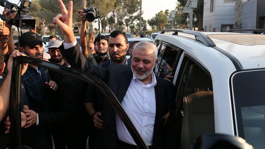 El jefe de Hamas, Ismail Haniyeh, muestra el gesto de la victoria al llegar al cruce fronterizo de Rafah, desde Egipto, después de las conversaciones de reconciliación con el movimiento Fatah, mediado por la inteligencia egipcia, en el sur de la Franja de Gaza, el 19 de septiembre de 2017. Foto de Abed Rahim Khatib / Flash90