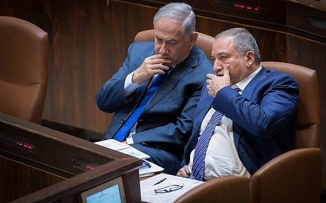 El primer ministro Benjamin Netanyahu, izquierda, y el ministro de Defensa, Avigdor Liberman, en la Knesset, el 24 de octubre de 2017. (Yonatan Sindel / Flash90)