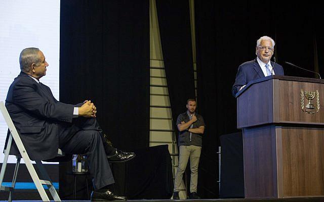 El Primer Ministro Netanyahu observa al Embajador de los Estados Unidos en Israel, David Friedman, que habla a los miembros de la prensa cristiana durante un evento en Jerusalem el 14 de octubre de 2018. (Yonatan Sindel / Flash90)