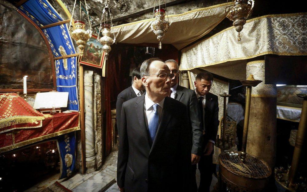El vicepresidente de China, Wang Qishan, visita la Iglesia de la Natividad en la ciudad de Belén, Cisjordania, el 23 de octubre de 2018. (Wisam Hashlamoun / Flash90)