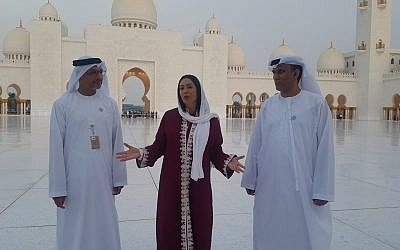 Miri Regev, centro, visitando la Gran Mezquita Sheikh Zayed en Abu Dhabi con funcionarios de los Emiratos Árabes Unidos el 29 de octubre de 2018. (Cortesía de Chen Kedem Maktoubi)