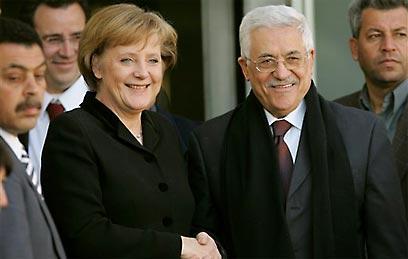 Merkel y Abbas (foto de archivo) (Foto: AP)