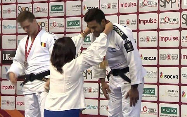 La ministra de Cultura y Deportes, Miri Regev, en el centro, presenta una medalla de oro a la israelí Sagi Muki luego de su victoria en la competencia de la Federación Internacional de Judo en Abu Dhabi, el 28 de octubre de 2018. (Federación Internacional de Judo)