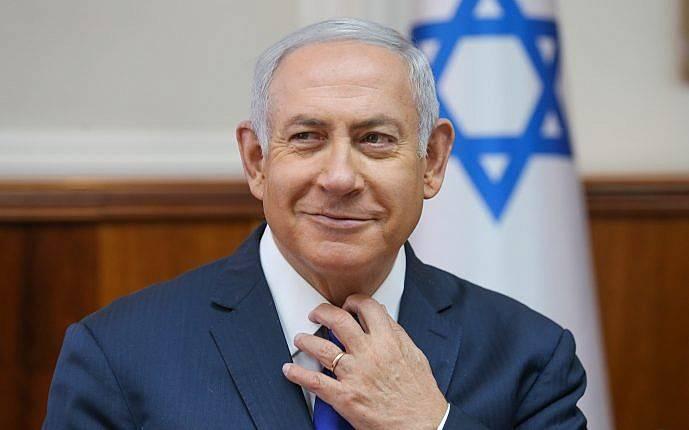 El primer ministro Benjamin Netanyahu dirige la reunión semanal del gabinete en la oficina del primer ministro en Jerusalem el 7 de octubre de 2018 (Alex Kolomoisky / POOL Yedioth Ahronoth)