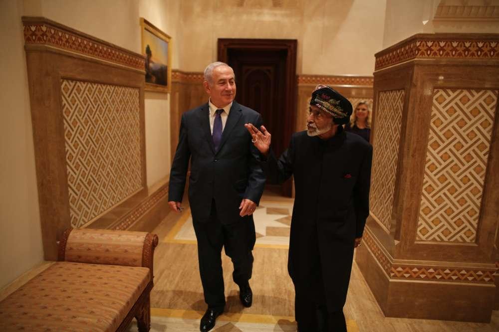 El primer ministro Benjamin Netanyahu conversa con el sultán Qaboos bin Said de Omán el 26 de octubre de 2018 (Cortesía)
