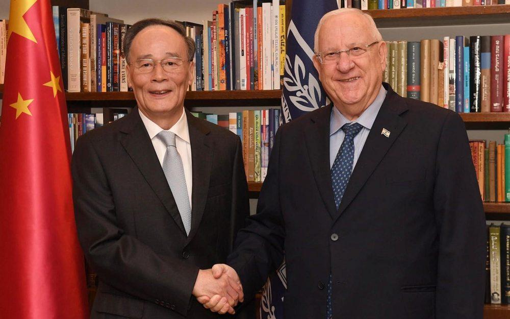 El presidente Reuven Rivlin (R) se reúne con el vicepresidente chino Wang Qishan en su residencia oficial en Jerusalén el 23 de octubre de 2018. (Mark Neiman / GPO)