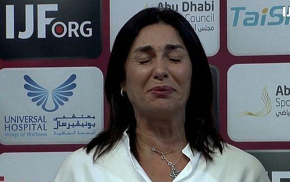 Captura de pantalla del video de la Ministra de Cultura y Deportes, Miri Regev, mientras se reproduce el himno nacional de Israel luego de una victoria por la medalla de oro en una competencia internacional de judo en Abu Dhabi, 28 de octubre de 2018. (Federación Internacional de Judo)