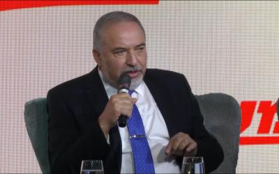 El ministro de Defensa, Avigdor Liberman, habla en el escenario, en la conferencia de Maariv en Jerusalén, el 15 de octubre de 2018. (Captura de pantalla)