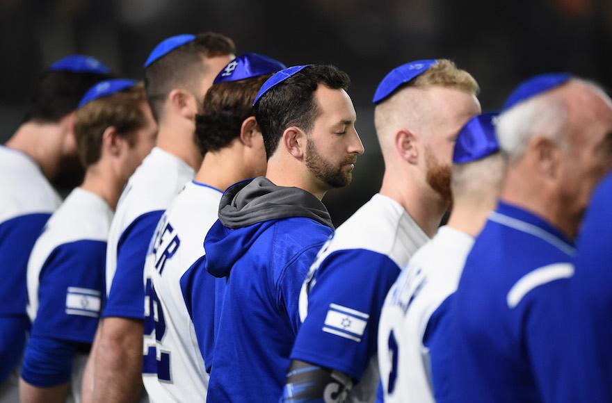 Los jugadores de Israel se alinean para el himno nacional antes del Clásico de Béisbol Mundial, Grupo E, Juego Tres entre Holanda e Israel en el Tokyo Dome el 13 de marzo de 2017 en Tokio, Japón (Matt Roberts / Getty Images / JTA)