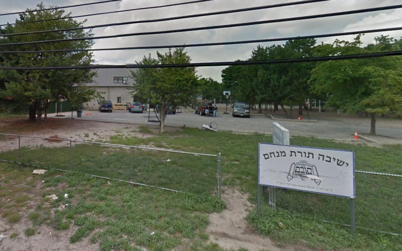 Muñeca clavada a un árbol con un cuchillo en la frente, cerca de escuela judía en Nueva Jersey