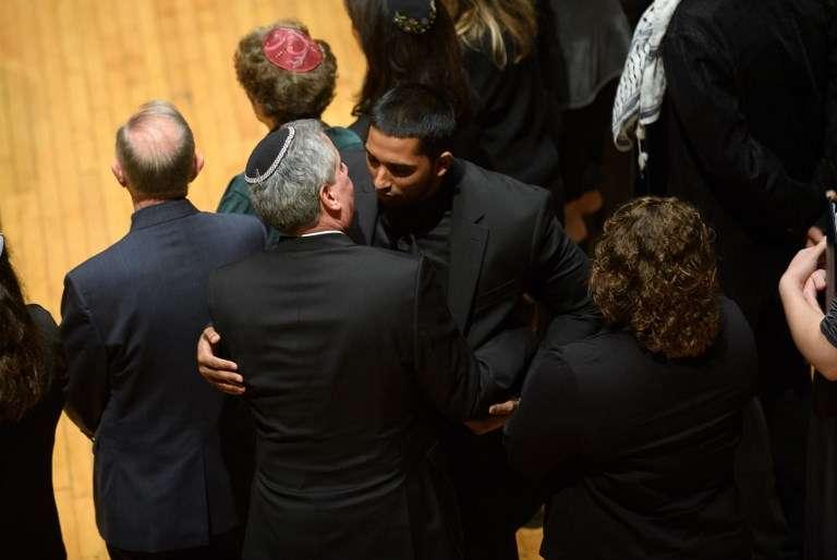 Wasi Mohamed, el director ejecutivo del Centro Islámico de Pittsburgh, es abrazado por un rabino después de un servicio para honrar y llorar a las víctimas de los disparos masivos en la Sinagoga del Árbol de la Vida el 28 de octubre de 2018 en Pittsburgh, Pensilvania.(Jeff Swensen / Getty Images / AFP)