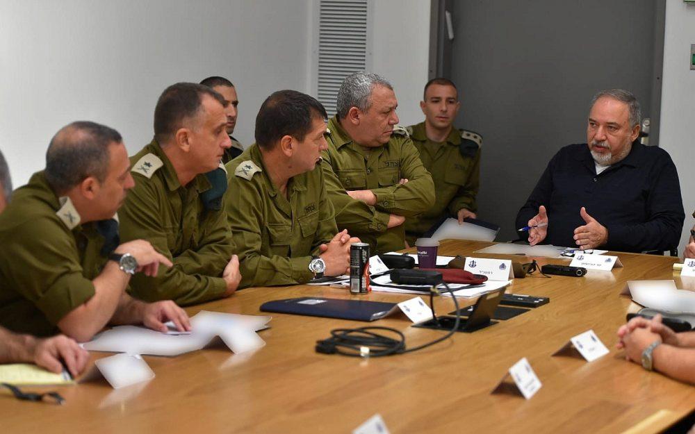 El Ministro de Defensa Avigdor Liberman se reúne con el Jefe de Estado Mayor de las FDI, Gadi Eisenkot, y otros oficiales militares de alto rango en la sede de las Fuerzas de Defensa de Israel en Tel Aviv el 27 de octubre de 2018. (Ariel Hermoni / Ministerio de Defensa)