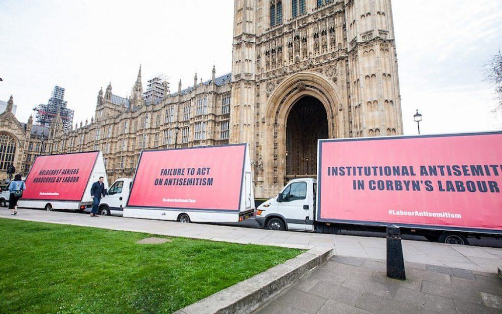 Ilustrativo: vallas publicitarias montadas en camionetas en el centro de Londres el 17 de abril de 2018, una táctica utilizada en la fila publicitada de los judíos británicos con el líder laborista Jeremy Corbyn. (Cortesía de Jonathan Hoffman)