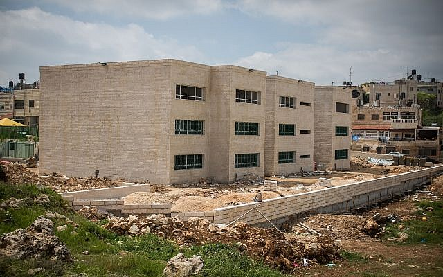 Se construye una nueva escuela en el barrio de Shuafat en Jerusalén Este, 30 de marzo de 2016. (Hadas Parush / Flash90)