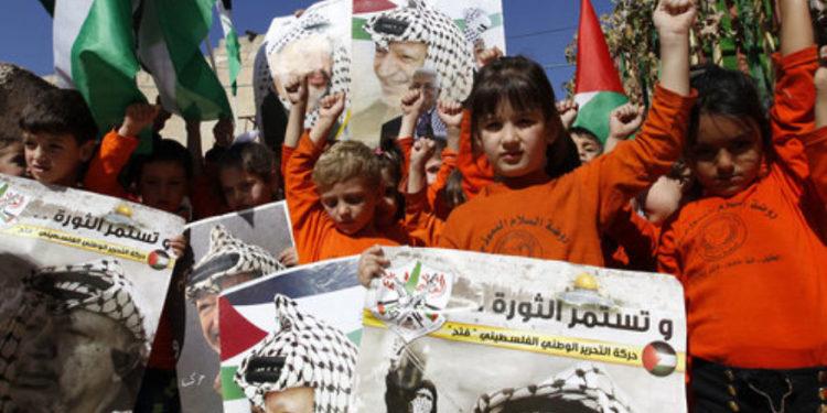 Los libros escolares palestinos todavía promueven el terrorismo y la destrucción de Israel