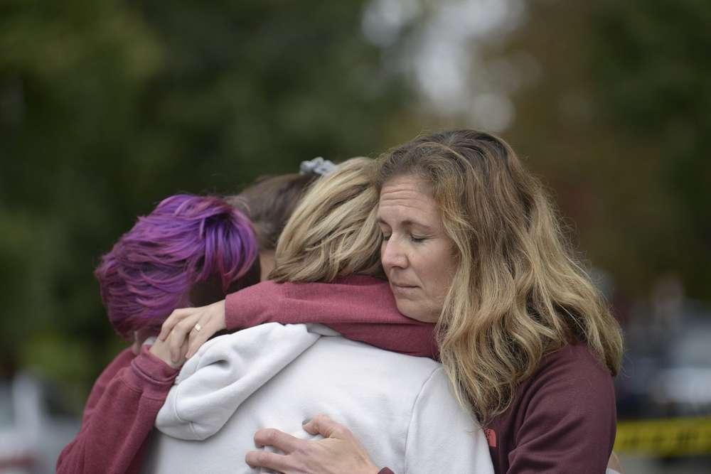 De izquierda a derecha: Cody Murphy, de 17 años, Sabrina Weihrauch y Amanda Godley, todas de Pittsburgh, se abrazan después de una situación de tirador activo en la Sinagoga del Árbol de la Vida el sábado 27 de octubre de 2018. (Andrew Stein / Pittsburgh Post-Gazette vía AP)