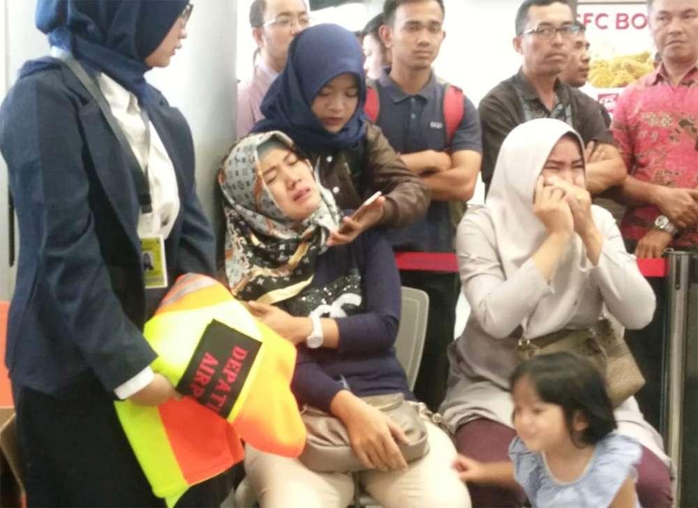 La desesperación de los familiares de los pasajeros del vuelo. (Antara Foto / Elza Elvia)