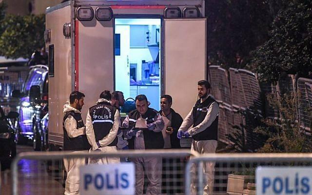 Los forenses turcos y los oficiales de policía llegan al consulado de Arabia Saudita en Estambul el 15 de octubre de 2018, para registrar los locales en la investigación sobre el desaparecido periodista saudita Jamal Khashoggi.(OZAN KOSE / AFP)