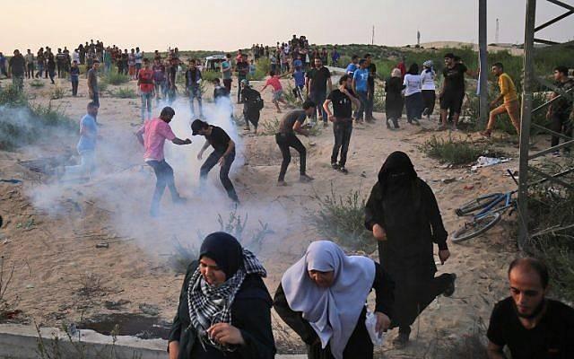 Los islamistas palestinos en medio del humo de gas lacrimógeno en el cruce fronterizo de Erez con Israel en el norte de la Franja de Gaza el 3 de octubre de 2018. (AFP PHOTO / DICE KHATIB)