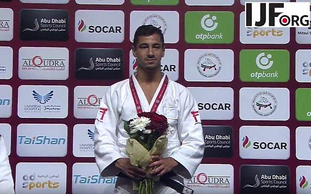 El judoka medallista de oro israelí Tal Flicker se encuentra en el podio en el Grand Slam de Judo en Abu Dhabi, donde las autoridades locales prohibieron la exhibición de todos los símbolos israelíes, el 26 de octubre de 2017. (Captura de pantalla de YouTube)