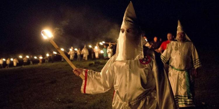 Irlanda del Norte: grupo de nueve personas posaron en trajes del KKK fuera de un centro islámico