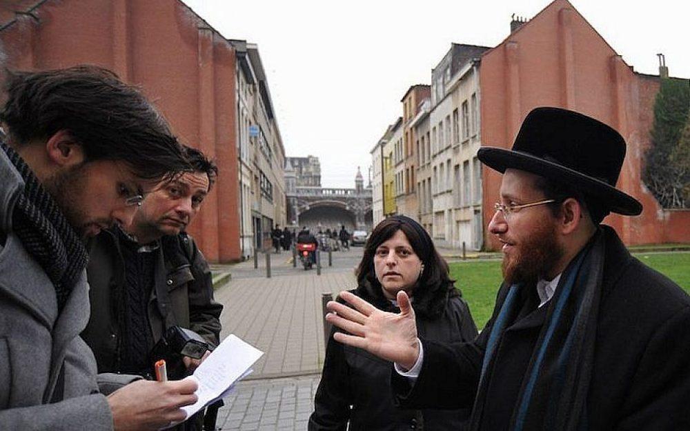 Moshe Friedman, a la derecha, habla con periodistas con su esposa Lea Rosenzweig en la escuela de niñas Benoth Jerusalem de Amberes, en Bélgica, el 7 de enero de 2018. (Cnaan Liphshiz / JTA)