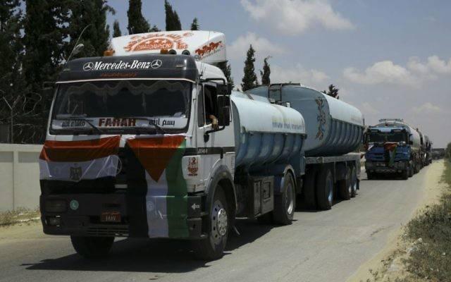 Los camiones egipcios que transportan combustible ingresan a la central eléctrica de Gaza en Nusseirat, en el centro de la Franja de Gaza, el miércoles 21 de junio de 2017. (Foto AP / Adel Hana)