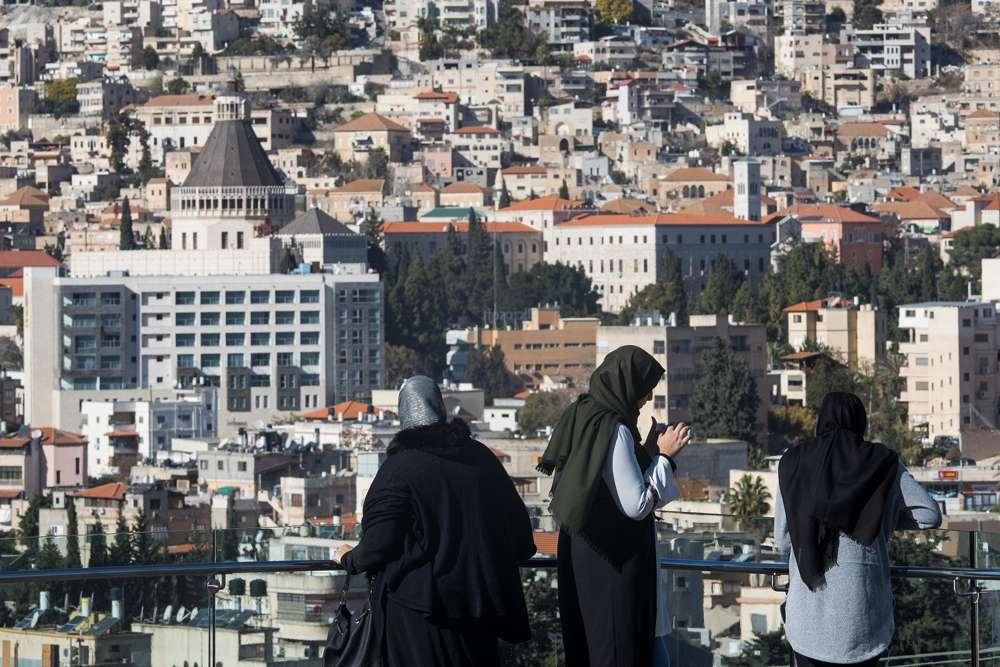 Mujeres árabes israelíes vistas cerca de la ciudad norteña de Nazaret el 9 de diciembre de 2017 (Nati Shohat / Flash 90)
