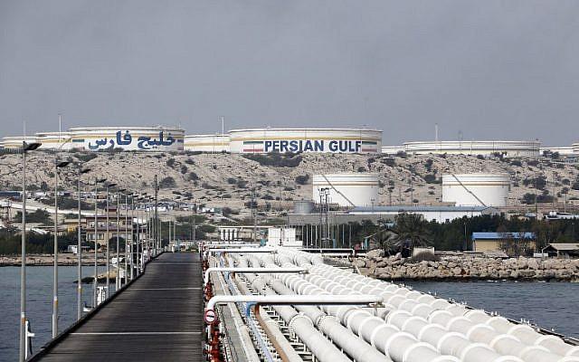 Esta foto del 12 de marzo de 2017 muestra una instalación petrolera iraní en la isla Kharg, en la costa del Golfo Pérsico. (Foto AFP / Atta Kenare)