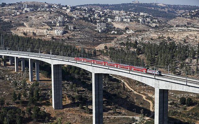 Una sección de la línea de tren de alta velocidad Jerusalén-Tel Aviv en las afueras de Jerusalén, el 25 de septiembre de 2018. (Ahmad Gharabli / AFP))
