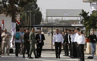 Funcionarios sirios en el cruce de la frontera de Quneitra con Israel el 15 de octubre de 2018. (Louai Beshara / AFP)