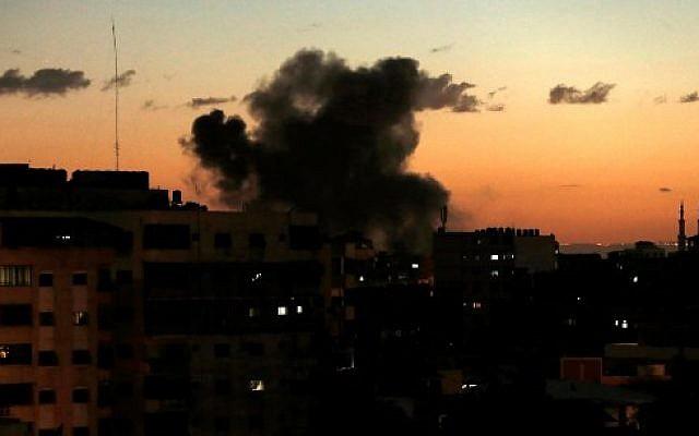 Ilustrativo: Humo que se levanta después de un ataque aéreo israelí en la ciudad de Gaza, el 27 de octubre de 2018. (Mahmud Hams / AFP)