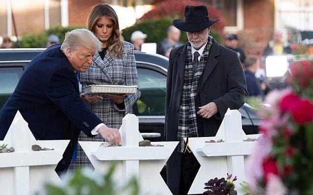El presidente de los Estados Unidos, Donald Trump, y la primera dama, Melania Trump, acompañados por el rabino Jeffrey Myers, colocan piedras y flores en un memorial para presentar sus respetos en la sinagoga del Árbol de la Vida en Pittsburgh, Pensilvania, el 30 de octubre de 2018. (Saul Loeb / AFP )
